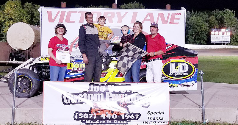 Scott Demmer won the USRA B-Mod feature on Friday, Aug. 31, at the Chateau Speedway in Lansing, Minn.
